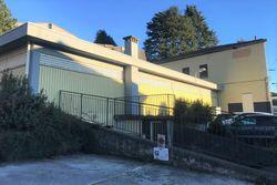 Negozio con due appartamenti e parcheggio