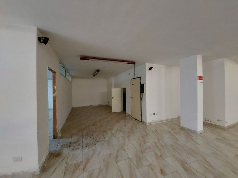#10485 Magazzino in edificio residenziale con posto auto in vendita - foto 2