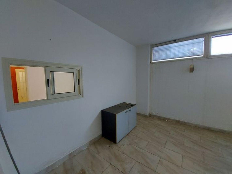 #10485 Magazzino in edificio residenziale con posto auto in vendita - foto 5