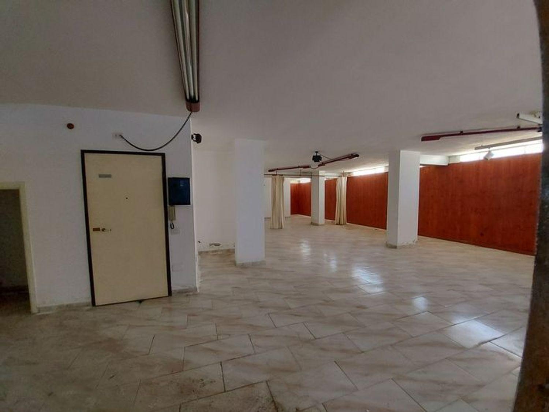#10485 Magazzino in edificio residenziale con posto auto in vendita - foto 9