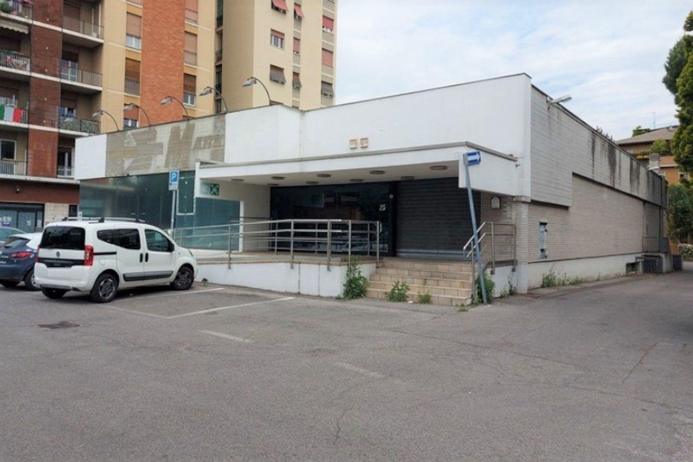 #10514 Edificio commerciale con parcheggio privato