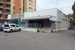 Edificio commerciale con parcheggio privato