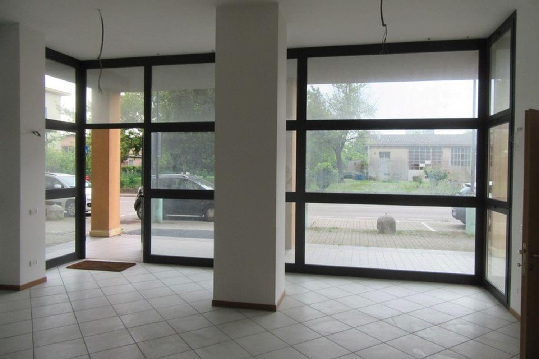 #10621 Negozio (sub 129) con magazzino e garage in vendita - foto 1
