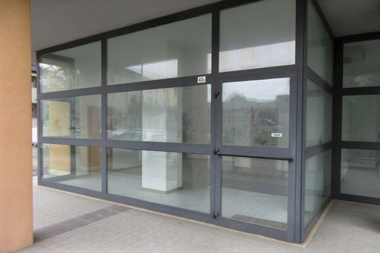 #10621 Negozio (sub 129) con magazzino e garage in vendita - foto 2