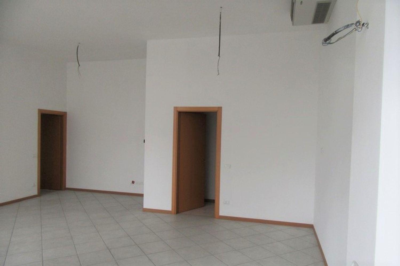 #10621 Negozio (sub 129) con magazzino e garage in vendita - foto 3