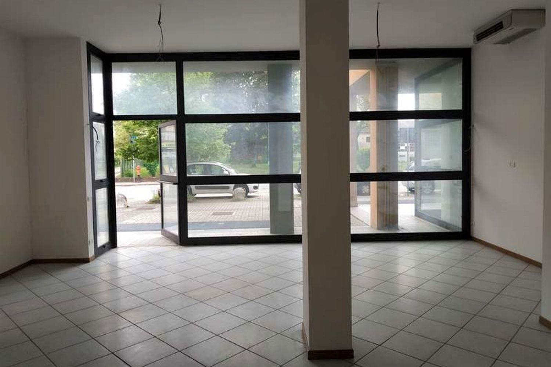 #10622 Negozio (sub 130) con magazzino e garage in vendita - foto 1