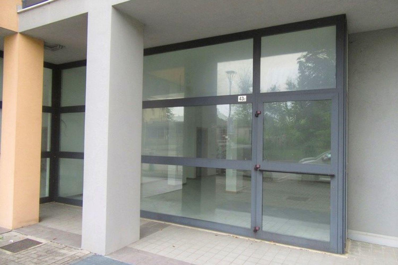 #10622 Negozio (sub 130) con magazzino e garage in vendita - foto 2