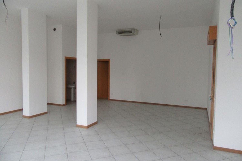 #10622 Negozio (sub 130) con magazzino e garage in vendita - foto 3