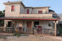 Casa bifamiliare con annessi agricoli