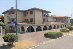 Edificio con appartamenti, negozi e uffici