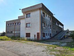 Capannone di due piani con uffici e pertinenze - Lotto 11446 (Asta 11446)