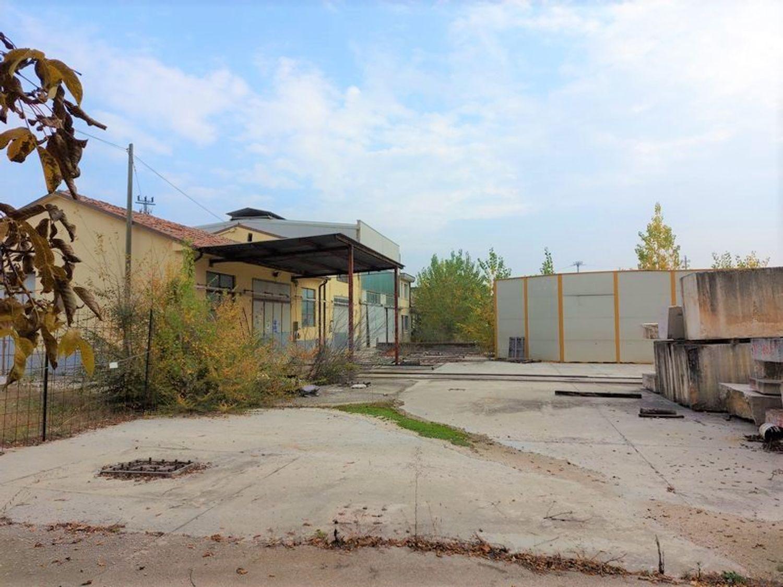 #11738 Complesso con 2 capannoni, uffici oltre piazzali di deposito in vendita - foto 8