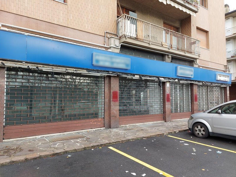 #11914 Negozio in angolo al piano terra con magazzino in vendita - foto 1