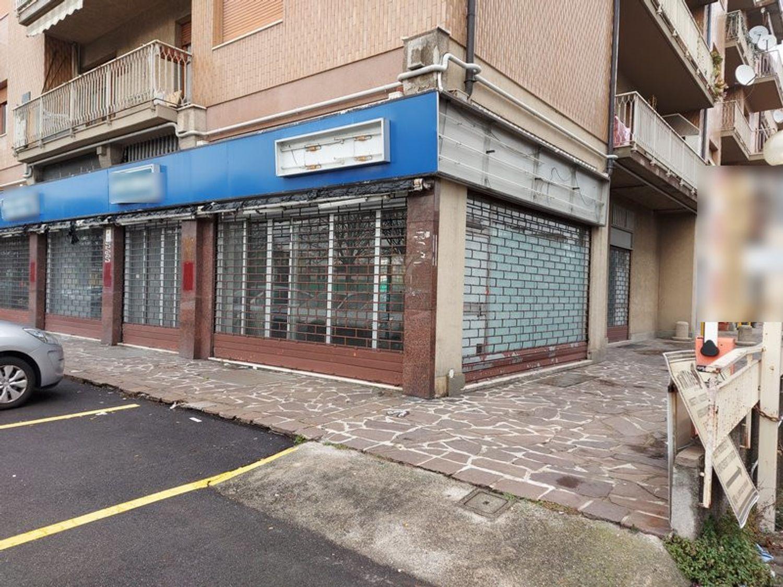 #11914 Negozio in angolo al piano terra con magazzino in vendita - foto 2