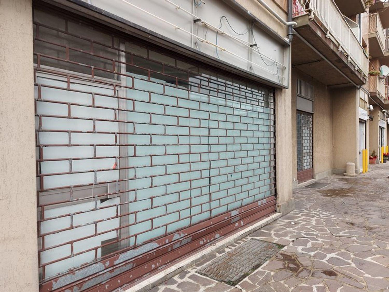 #11914 Negozio in angolo al piano terra con magazzino in vendita - foto 3