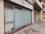 Immagine n2 - Negozio in angolo al piano terra con magazzino - Asta 11914