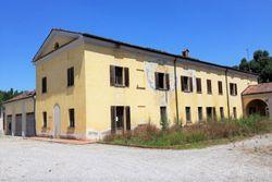 Tre abitazioni grezze in complesso padronale