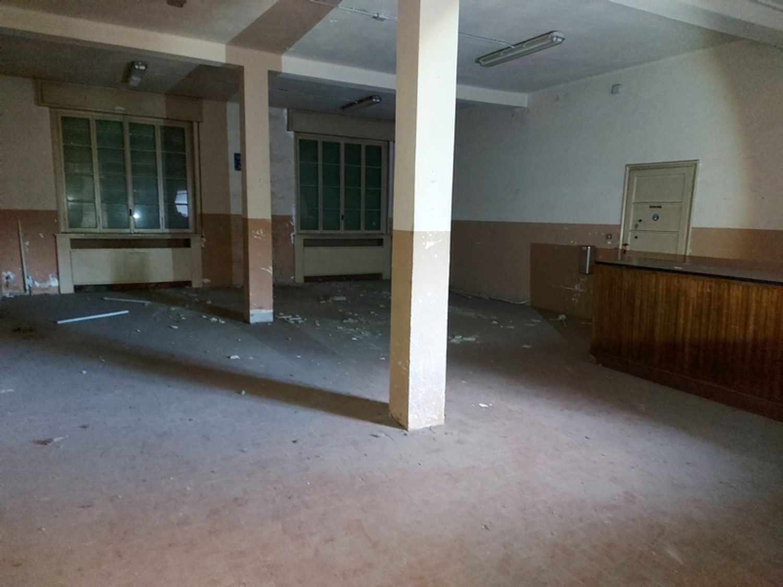#12927 Fabbricato commerciale con abitazioni e ampia corte in vendita - foto 3