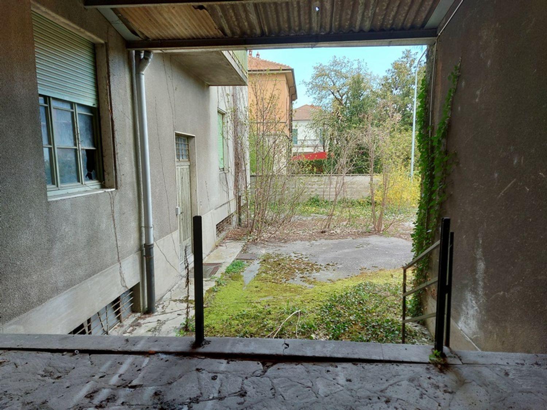 #12927 Fabbricato commerciale con abitazioni e ampia corte in vendita - foto 4