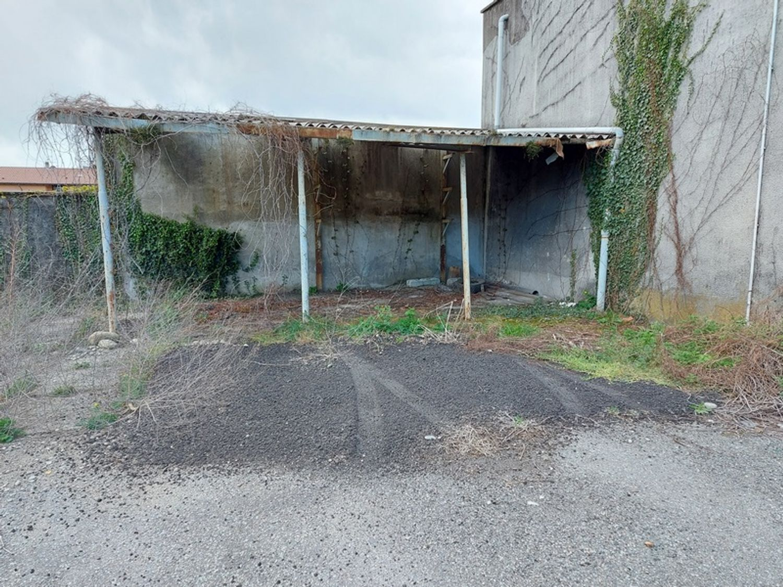 #12927 Fabbricato commerciale con abitazioni e ampia corte in vendita - foto 9