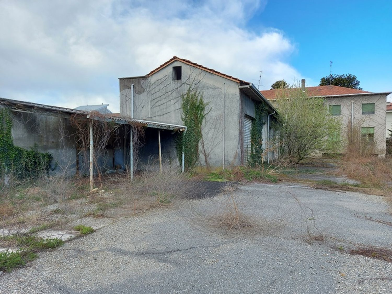 #12927 Fabbricato commerciale con abitazioni e ampia corte in vendita - foto 10
