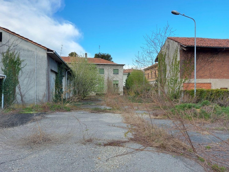 #12927 Fabbricato commerciale con abitazioni e ampia corte in vendita - foto 11