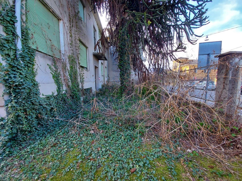 #12927 Fabbricato commerciale con abitazioni e ampia corte in vendita - foto 15