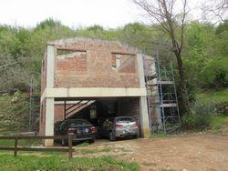 Fabbricato residenziale in costruzione con terreni
