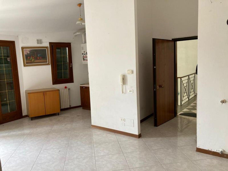 #13178 Locale commerciale con due appartamenti e pertinenze in vendita - foto 9
