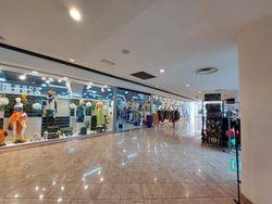 Negozio con servizi in centro commerciale