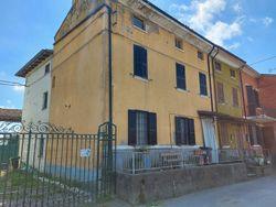 Porzione di edificio residenziale con pertinenze rurali