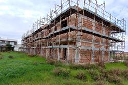 Due palazzine residenziali grezze e terreno edificabile