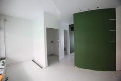 Negozio e magazzino in palazzina residenziale