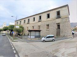 Appartamenti, depositi e negozio in palazzo storico