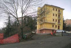 Palazzina con 19 alloggi e pertinenze, in zona termale