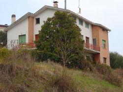 Casa unifamiliare con area urbana e terreno