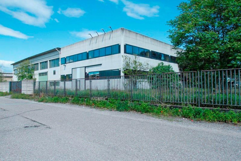 #1710 Capannone industriale con uffici e cortile esclusivo