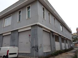 Porzione di capannone commerciale con uffici