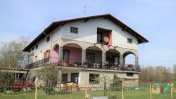Casa indipendente con magazzini e terreni