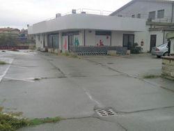 Locale commerciale con uffici e parcheggio