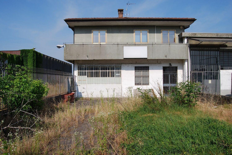 #2224 Due capannoni e appartamento