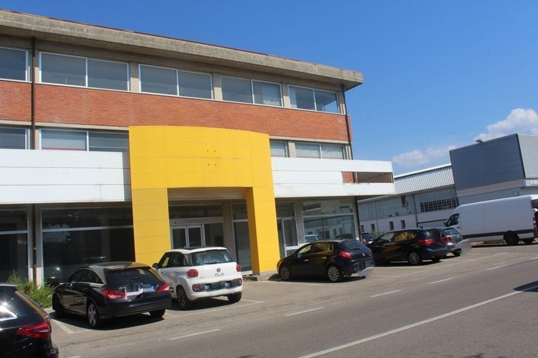 #3356 Fabbricato commerciale con uffici ed area esposizione in vendita - foto 2