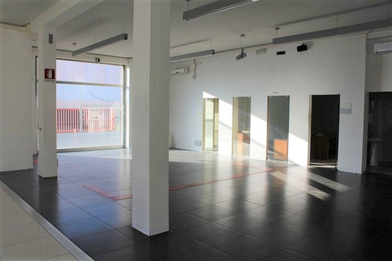 #3356 Fabbricato commerciale con uffici ed area esposizione in vendita - foto 9
