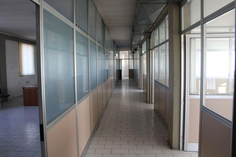 #3356 Fabbricato commerciale con uffici ed area esposizione in vendita - foto 17