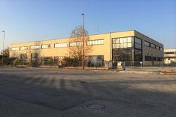 Edificio industriale con magazzini, uffici, appartamento, piazzale, impianto fotovoltaico