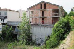 Complesso residenziale al grezzo arretrato