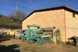 Edificio commerciale e quota di terreno agricolo