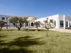 Complesso alberghiero arredato con piscine e terreni
