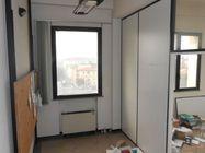 Immagine n0 - Ufficio al quarto piano e tre posti auto scoperti - Asta 520