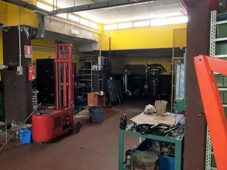 #5669 Officina-magazzino al piano seminterrato con uffici in vendita - foto 3